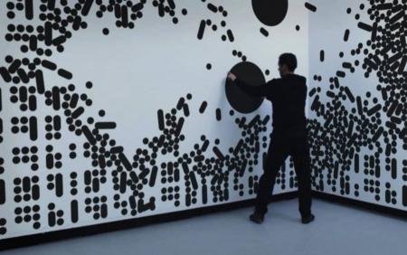 دیوار هوشمند لمسی | با حرکت دست خود با تصویر روی دیوار تعامل برقرار کنید