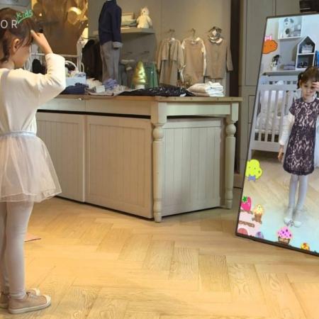 آینه هوشمند تعاملی به صورت مجازی لباسهای مختلف فروشگاه را بر تن خود امتحان کنید